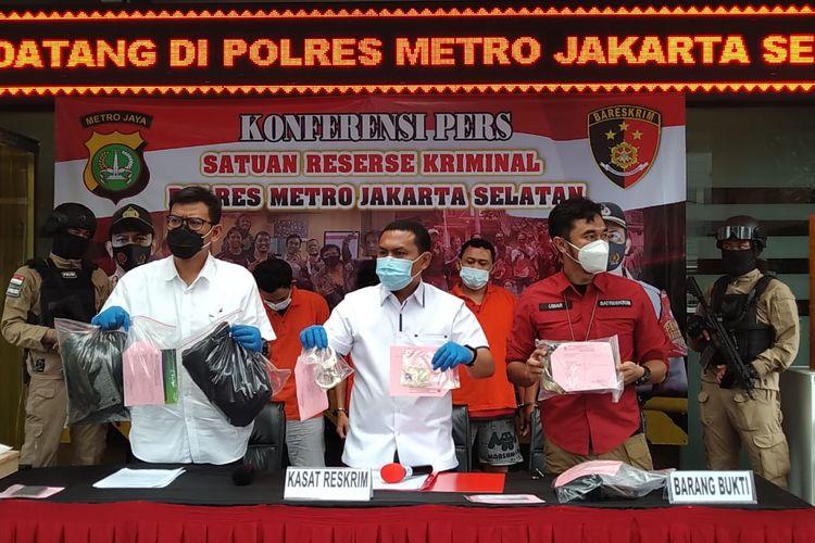Polres Metro Jakarta Selatan menangkap lima orang yang melakukan pemerasan dengan berpura-pura menjadi polisi berpakaian preman dan menggerebek kasus narkoba.