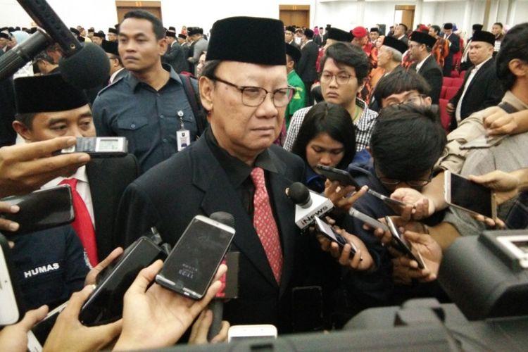 Mendagri saat diwawancarai media usai melantik Komjen Pol M Iriawan sebagai Penjabat Gubernur Jawa Barat di Gedung Merdeka, Senin (18/6/2018).