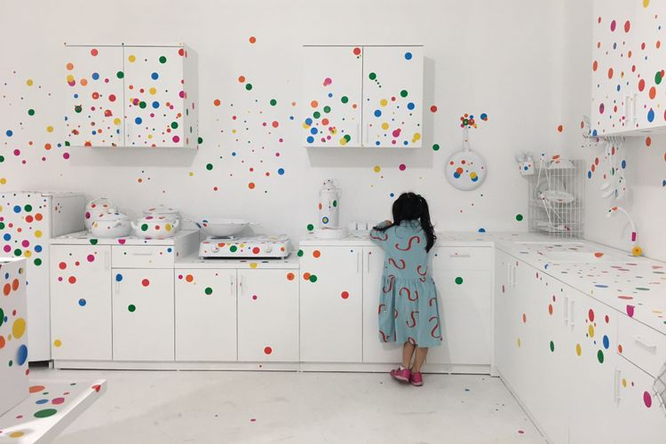 The Obliteration Room dalam pameran seni Yayoi Kusama: Life Is The Heart of A Rainbow pada 12 Mei-9 September 2018 di Museum MACAN, Jakarta, Rabu (9/5/2018).