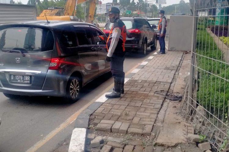 Sudinhub membantu melaksanalan pengaturan lalu lintas di Jalan Lingkar Luar, Senin (23/11/2020)