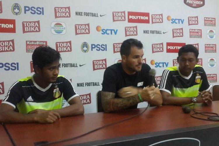 Pelatih Bhayangkara FC Simon MC Menemy (tengah) saat konferensi pers usai melawan Persija Jakarta dalam Piala Presiden di Stadion Kanjuruhan, Kabupaten Malang, Kamis (16/2/2017)