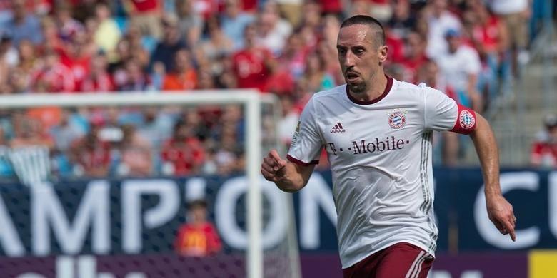 Franck Ribery menggiring bola saat Bayern Muenchen melawan Inter Milan pada ajang International Champions Cup di Bank of America Stadium, Sabtu (30/7/2016).