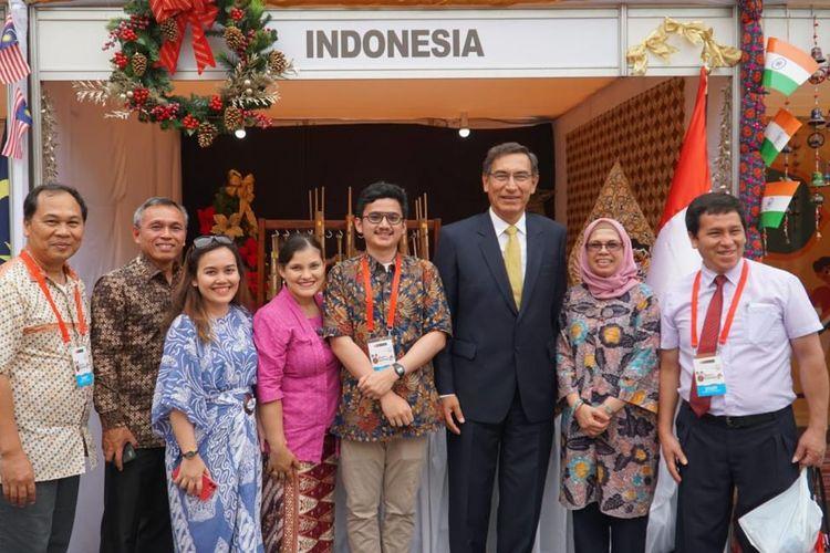 Presiden Peru Martin Vizcarra berpose bersama delegasi Indonesia dari KBRI Lima