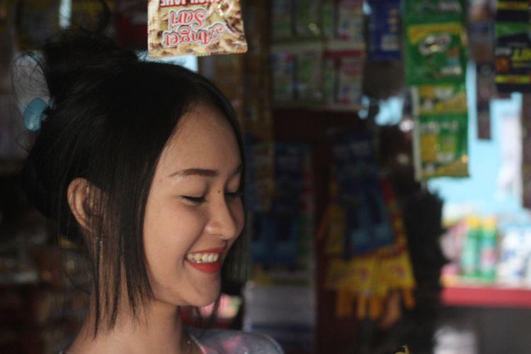 Tak hanya cantik, Intan Rose (23), penjaga warung asal Cianjur, Jawa Barat, yang wajahnya dianggap mirip selegram Anya Geraldine ini juga selalu ramah saat melayani pembeli.