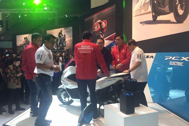 Jokowi dan Johannes Loman di samping Honda PCX Listrik
