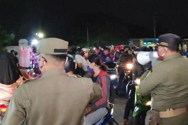 Personel Satpol PP Jakarta Timur saat membubarkan kerumunan PKL dan warga di KBT, Duren Sawit, Kamis (22/5/2020)