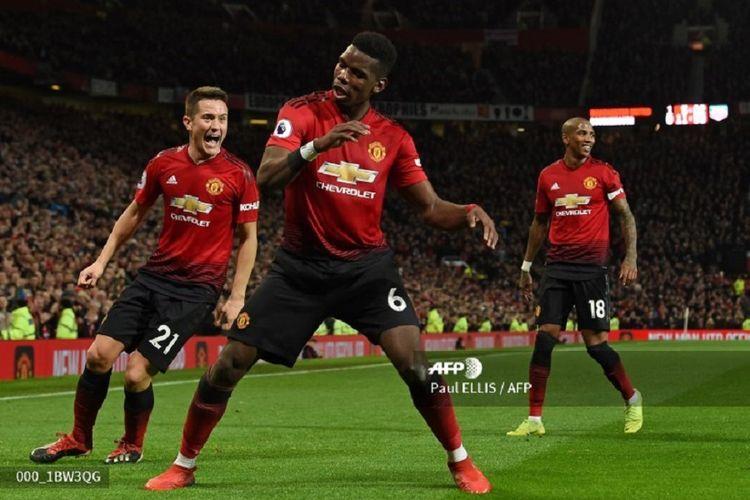 Ashley Young dan Ander Herrera tampak gembira melihat gaya Paul Pogba merayakan golnya pada pertandingan Manchester United vs Bournemouth dalam lanjutan Liga Inggris di Stadion Old Trafford, 30 Desember 2018.