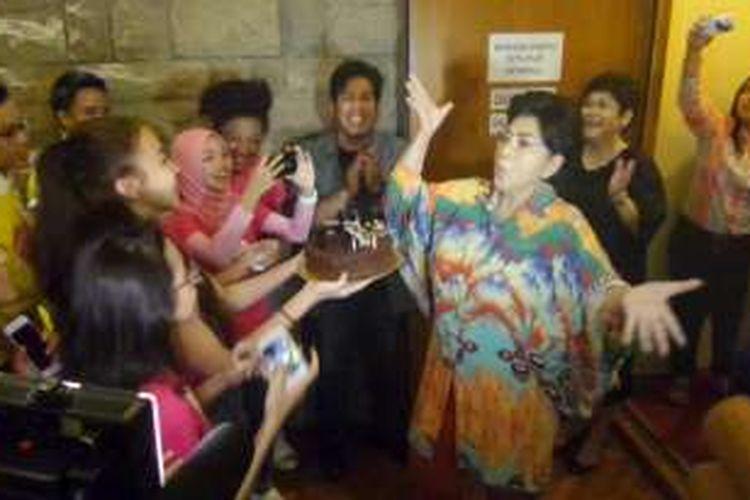 Titiek Puspa saat menerima kejutan ulang tahun di salah satu ruang rekaman gedung Musica Studio, kawasan Pancoran, Jakarta Selatan, Rabu (2/11/2016).