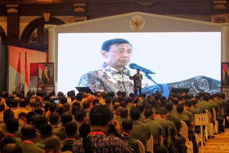 Menteri Koordinator bidang Politik, Hukum dan Keamanan Wiranto saat memberikan pengarahan pada rapat koordinasi Pilkada serentak 2017 Kementerian Dalam Negeri di Hotel Bidakara, Jakarta Selatan, Selasa (31/1/2017).