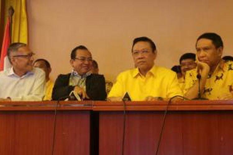 Pimpinan Partai Golkar hasil Munas IX Jakarta (dari kiri ke kanan) Lawrence Siburian, Priyo Budi Santoso, Agung Laksono, dan Zainuddin Amali dalam konferensi pers menyikapi putusan Kemenkumham terkait kepengurusan Golkar di Kantor DPP Partai Golkar, Jakarta, Selasa (10/3/2015).