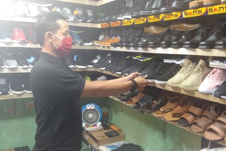perdagang  sepatu di Pasar Cibubur, Ciracas, Jakarta Timur, Rabu (1/7/2020)