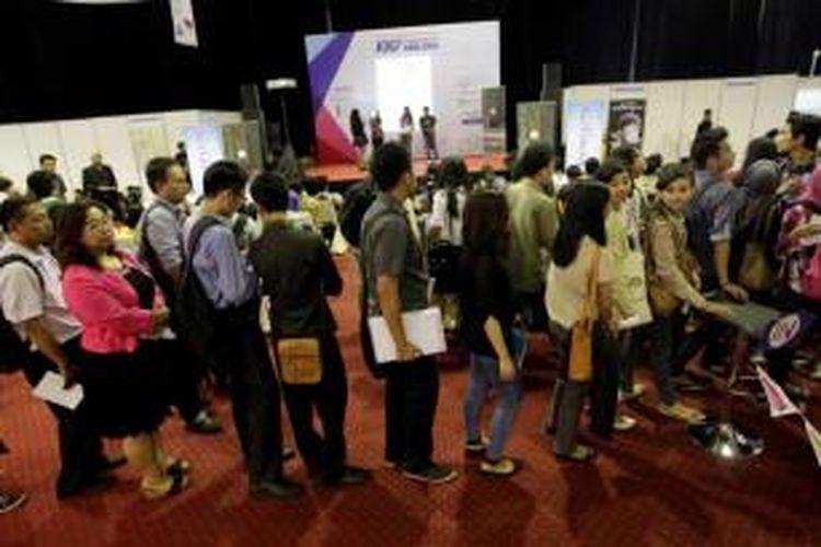 Ribuan pencari kerja mengantre di Kompas Karier Fair 2014 di Balai Kartini, Jakarta, Jumat (22/8/2014). Acara yang berlangsung hingga Sabtu, 23 Agustus ini diikuti oleh 160 perusahaan yang berasal dari berbagai macam bidang mulai dari perbankan, asuransi, konstruksi, media hingga otomotif.