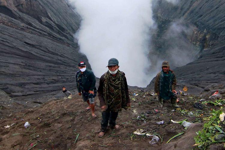 Warga menunggu sesaji yang dilempar di kawah untuk diambil saat ritual adat Yadnya Kasada di Tengger, Gunung Bromo, Probolinggo, Jawa Timur, Senin (6/7/2020). Upacara lelabuh pada rangkaian ritual Yadnya Kasada itu, sebagai sesembahan suku Tengger kepada Sang Hyang Widhi.