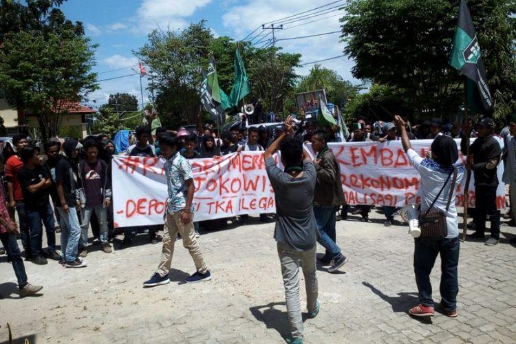 Sebanyak 100 mahasiswa HMI cabang Kendari menggelar demo tolak TKA di kantor Disnakertran Sulawesi Tenggara, Selasa (18/9/2018).