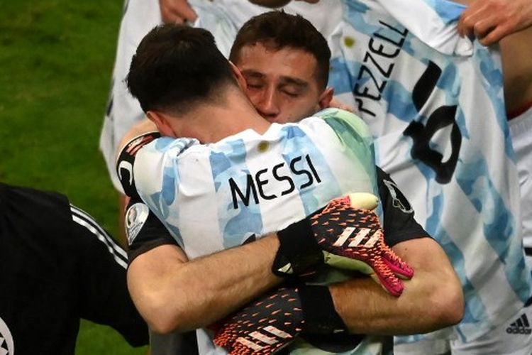 Emiliano Martinez berpelukan dengan Lionel Messi seusai mengantar timnas Argentina lolos ke final Copa America 2021 berkat kemenangan 3-2 atas Kolombia lewat adu penalti, Rabu (7/7/2021) pagi WIB.