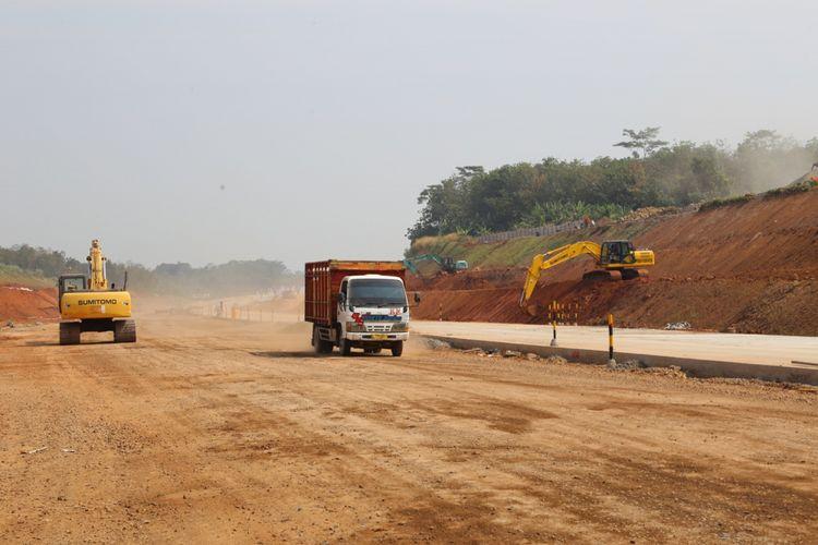 Kendaraan melintas di proyek tol Batang-Semarang, Jawa Tengah, Minggu (3/6/2018). Pembangunan tol tersebut sudah mencapai 95 persen dan diperkirkan dapat digunakan secara fungsional pada mudik dan balik Lebaran 2018.