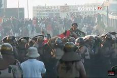 Rusuh di Flyover Slipi, Demonstran Lempar Batu, Polisi Tembakkan Gas Air Mata
