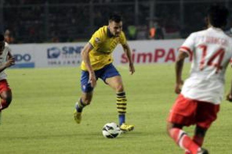 Pemain Arsenal, Carl Jenkinson (tengah), ketika beraksi melawan Indonesia Dream Team di Stadion Utama Gelora Bung Karno, Jakarta Selatan, Minggu (14/7/2013). Arsenal berhasil mengalahkan Indonesia Dream team dengan skor 7-0.