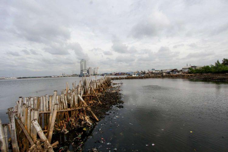 Kondisi Teluk Jakarta usai dibersihkan di Muara Angke, Jakarta Utara, Sabtu (24/3/2018). Sampah plastik yang sebelumnya menumpuk, kini sudah dibersihkan dan menyisakan lumpur tebal.