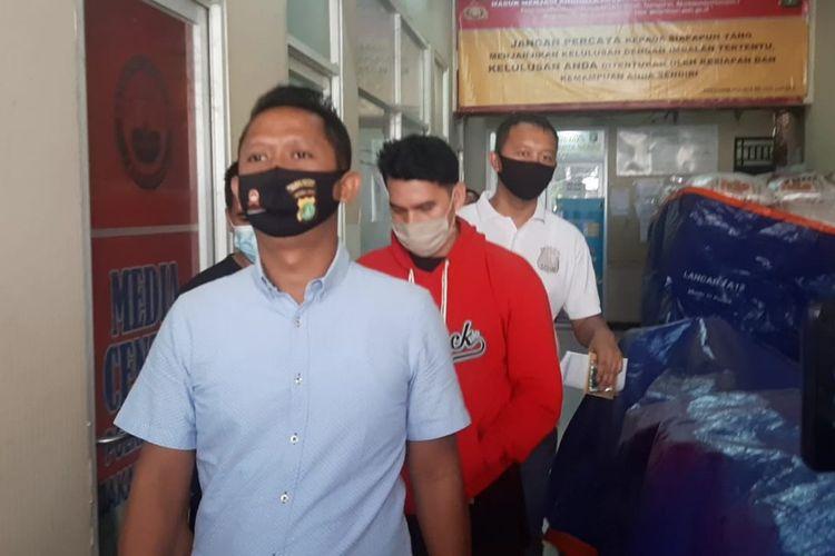 Pemain sinetron Ridho Illaihi digiring polisi untuk melakukan pemeriksaan di Polres Metro Jakarta Barat, Senin (29/6/2020).