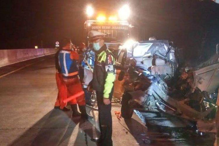 Petugas mengevakuasi korban dan mobil pascatabrakan di Tol Pandaan-Malang, KM 64.800/A, Minggu (17/5/2020) dini hari