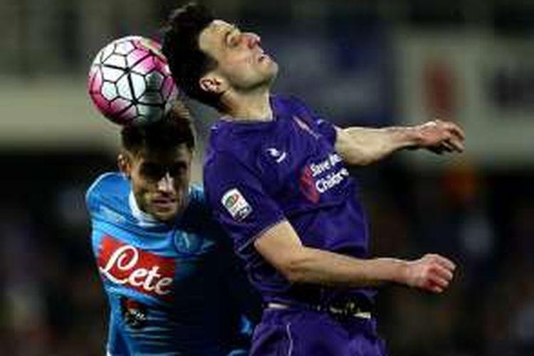 Juan Zuniga dan Nikola Kalinic berduel udara pada laga antara Fiorentina dan Napoli di Artemio Franchi, Senin (29/2/2016).