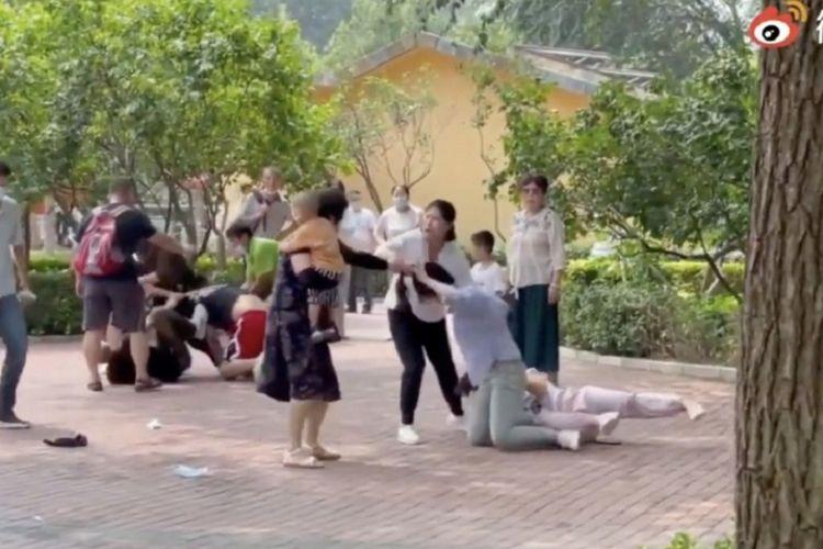 Tangkapan layar video yang viral di China menunjukkan sekelompok turis saling berkelahi di Kebun Binatang Beijing akhir pekan lalu. Aksi tersebut dilaporkan ditiru oleh para hewan malam harinya.
