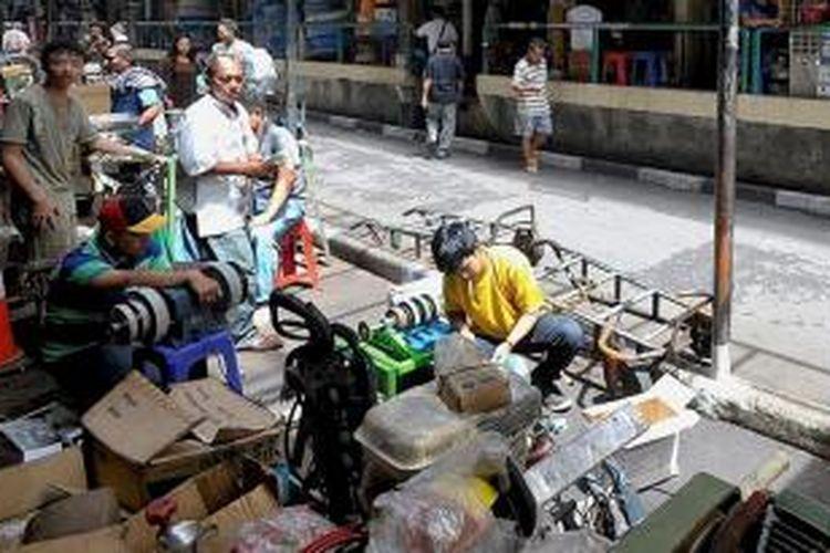Pertokoan di kawasan Jalan Blustru, Glodok, Jakarta Barat, Senin (4/5). Beragam perlengkapan teknik dan perkakas diperdagangkan di kawasan ini. KOMPAS/RADITYA HELABUMI