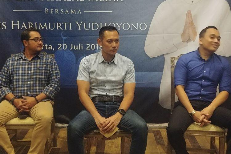 Ketua Kogasma Partai Demokrat Agus Harimurti Yudhoyono (tengah) saat silaturahmi dengan media di Jakarta, Jumat (20/7/2018).