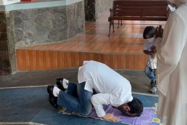 Mantan Bupati Karawang Ade Swara sujud syukur usai udara bebas setelah menjalani hukuman 7 tahun di Lembaga Pemasyarakatan Sukamiskin, Bandung, Minggu (18/7/2021).