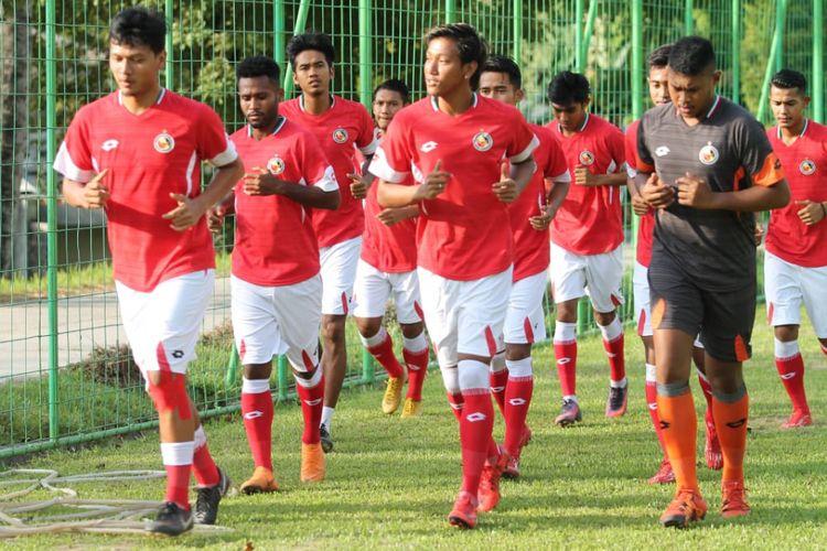 Pemain Semen Padang menggelar latihan di lapangan Mess PT Semen Padang