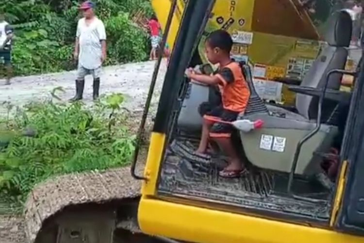 Theo Paays (5) seorang bocah asal Desa Amahusu, Kecamatan, Leitimir Selatan mengoperasikan sendiri eskavator untuknmenormalisasi sungai di desa tersebut, Minggu (4/10/2020)