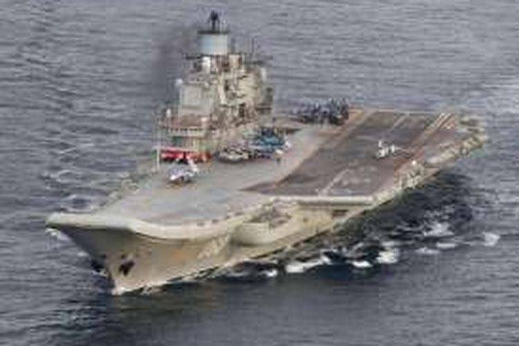 Foto yang diambil pesawat pengintai Norwegia ini memperlihatkan kapal induk Rusia, Admiral Kuznetzov berlayar di perairan internasional tak jauh dari lepas pantai Norwegia.