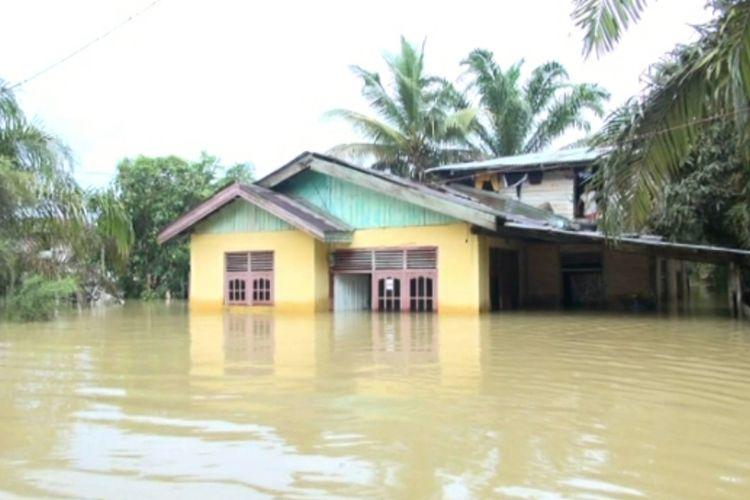 Tingginya genangan banjir di permukiman warga di Desa Sahilan Darussalam, Kecamatan Gunung Sahilan, Kabupaten Kampar, Riau, Rabu (11/12/2019).