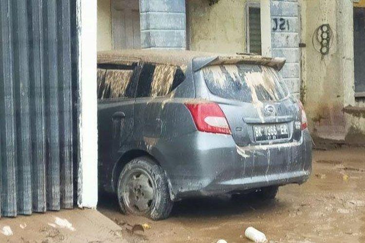 Mobil terendam banjir di Komplek Perumahan De Flamboyan, Kecamatan Tanjung Selamat, Medan Tuntungan, Medan, Jumat (4/12/2020).