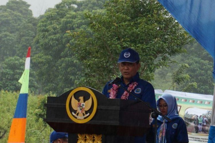 Kepala Badan Narkotika Nasional, Budi Waseso (kanan) saat launcing program perdana penanaman komoditi alternatif di bekas lahan ganja di Aceh Besar, Nagroe Aceh Darusalam, Kamis (21/12/2017).