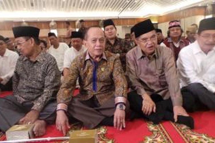Cawapres Jusuf Kalla bersama Ketua Harian Partai Demokrat Syarief Hasan di acara buka puasa bersama Kerukunan Keluarga Sulawesi Selatan (KKSS), di Hotel Sahid, Jakarta, Selasa (8/7/2014).