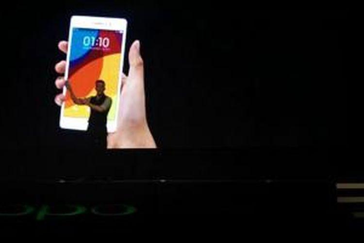 Bakarik Azeri, Product Manager Oppo saat memperkenalkan Oppo R5 di Singapura, Rabu (29/10/2014).