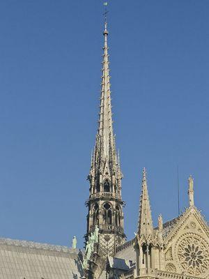 Puncak menara Notre Dame