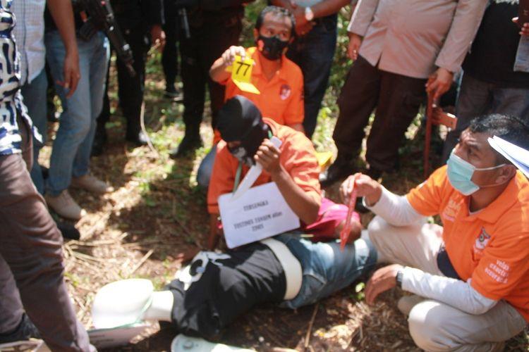 PHOTO:Rekonstruksi kasus pembunuhan remaja putri oleh pelaku sopir truk, yang digelar aparat Polres Kupang, Nusa Tenggara Timur, Jumat (28/5/2021)