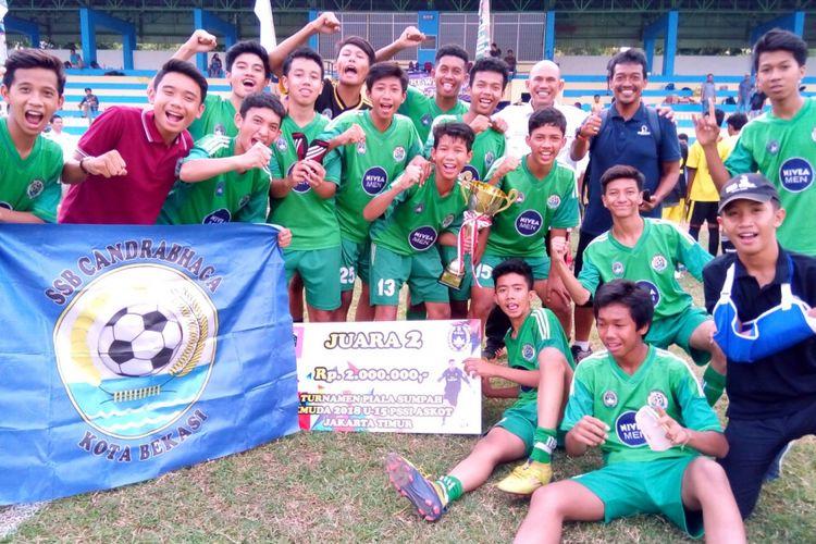 Para pemain SSB Candrabhaga bergembira saat menjadi juara kedua Turnamen U15 Piala Sumpah Pemuda 2018 Askot Jakarta Timur, Minggu (18/11/2018) di Stadion Bea Cukai Rawamangun. Striker Henride Rizky Tompodung (nomor 10) menjadi pencetak gol terbanyak.