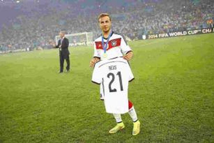 Gelandang tim nasional Jerman, Mario Goetze, memamerkan seragam Reus, saat perayaan gelar juara dunia.