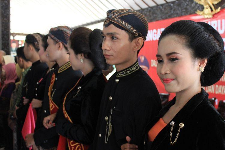 salah satu kontestan lomba fashion show dalam rangka peringatan hari buruh internasional atau may day di Kabupaten Purbalingga, Senin (1/5/2017)
