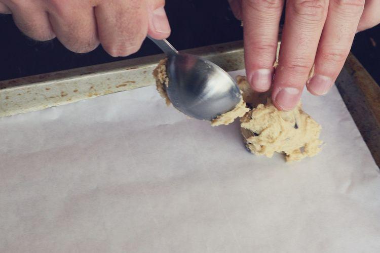 Ilustrasi adona kue kering yang dicetak menggunakan sendok.