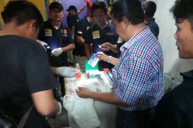 Polisi menemukan narkoba di salah satu rumah di dalam Komplek Berlan, Matraman, Jakarta Timur. Kamis (21/1/2016)