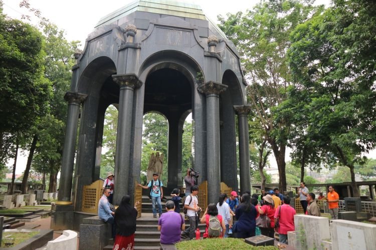 Mausoleum atau bangunan pelindung makam O.G.Khouw di Taman Pemakaman Umum Petamburan, Jakarta Pusat.