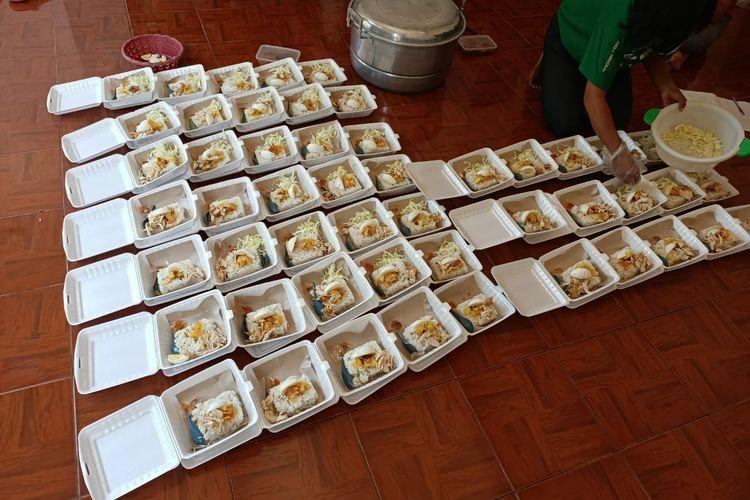 Penyiapan makanan di dapur umum.