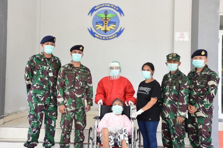 LH (84) bersama anaknya MH pasien Covid-19  yang selama ini menjalani perawatan di Rumah Sakit dr Fx Soehardjo Lantamal Ambon dinyatakan sembuh, Jumat (5/6/2020)