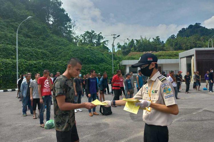 Sebanyak 136 pekerja migran Indonesia yang dideportasi yang dipulangkan Pemerintah Malaysia menjalani pemeriksaan di PLBN Entikong, Sanggau, Kalimantan Barat, Senin (11/5/2020).