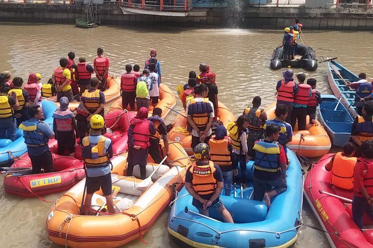Upacara hari air sedunia di Sungai Kalimas Surabaya, Rabu (22/3/2017).